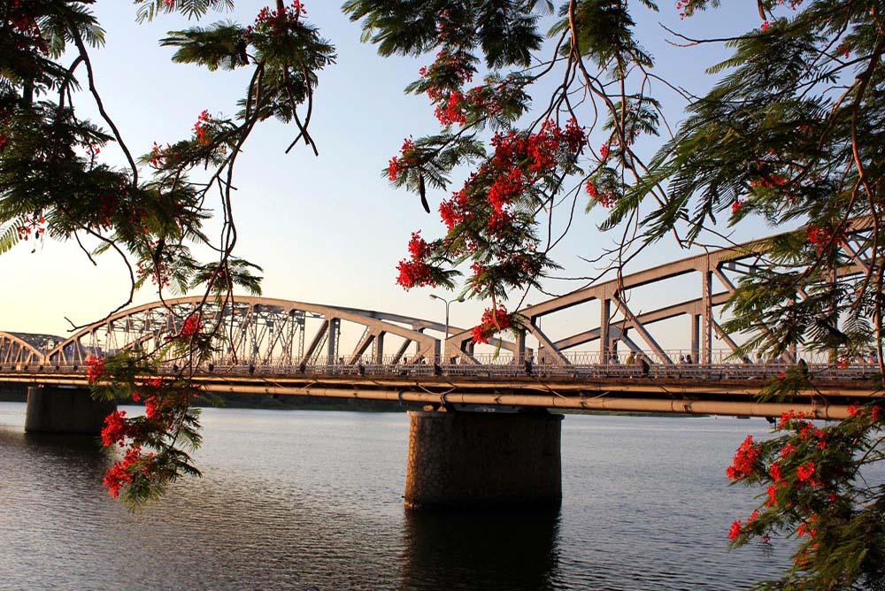 Hue - Truong Tien Bridge